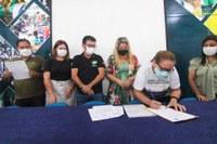 Assinatura do termo de compromisso para erradicação do trabalho infantil.